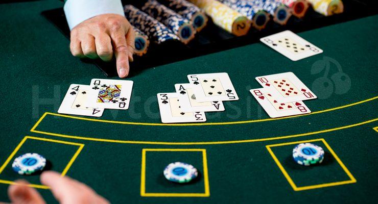 लैंड-आधारित कैसीनो में मल्टी-हैंड ब्लेक जेक खेल रहा है