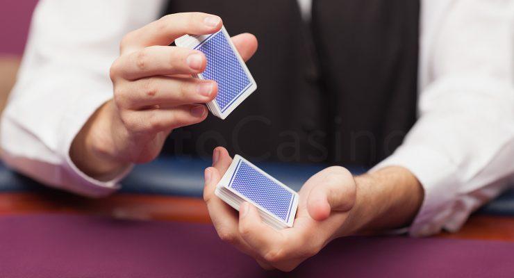Blackjack Dealer mischt Karten