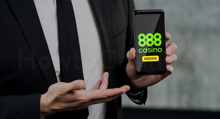 मैन 888 कैसीनो पेज के साथ मोबाइल पकड़े हुए