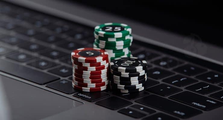 लैपटॉप पर पोकर चिप्स