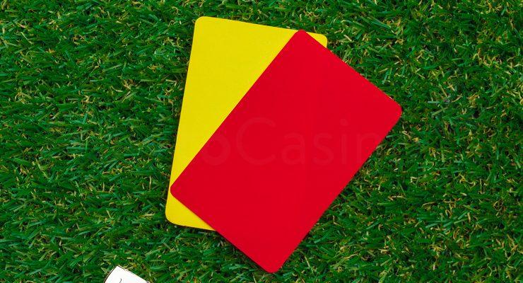 ყვითელი და წითელი ბარათი სინთეზურ ბალახზე